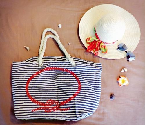 sac de plage, capeline, lunettes de soleil